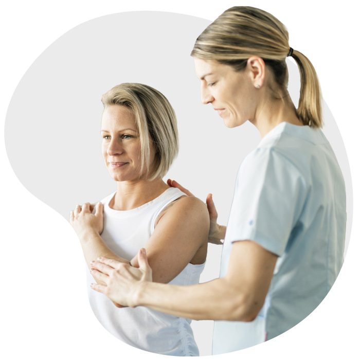 Fisioterapeuta auxiliando cliente mulher