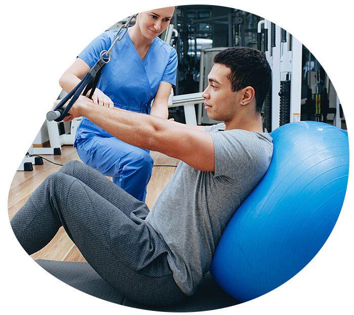 Fisioterapeuta auxiliando cliente homem